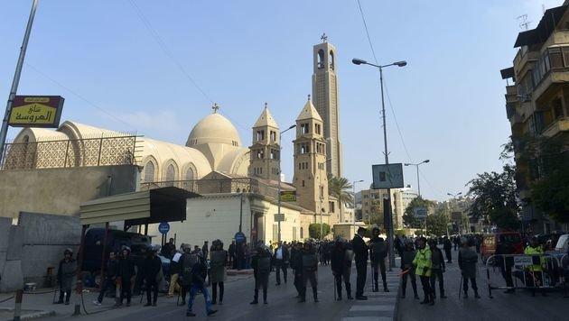 Bei der Sankt-Markus-Kathedrale in Kairo ist es zu der Explosion gekommen. (Bild: APA/AFP/KHALED DESOUKI)