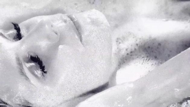 Heidi Klum planscht in einem Adventvideo nackt im Schaumbad ... (Bild: Viennareport)