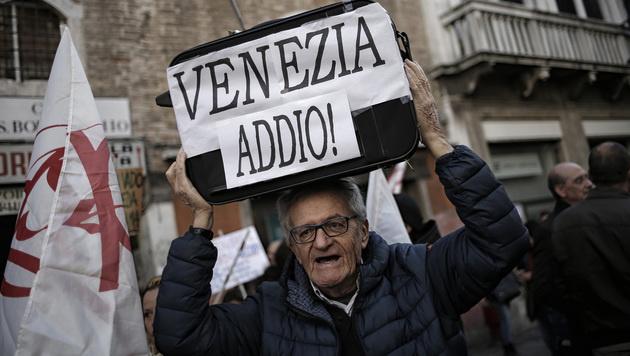Die Veneter haben die Nase voll - von den Touristen und von Rom. (Bild: APA/AFP/MARCO BERTORELLO)