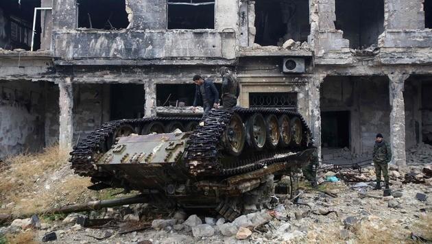Syrische Regierungstruppen in Aleppo (Bild: APA/AFP/YOUSSEF KARWASHAN)