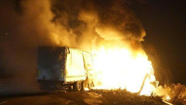 Flammeninferno auf der A1 - Polizisten als Retter (Bild: APA/FOTOKERSCHI.AT/KERSCHBAUMMAYR)