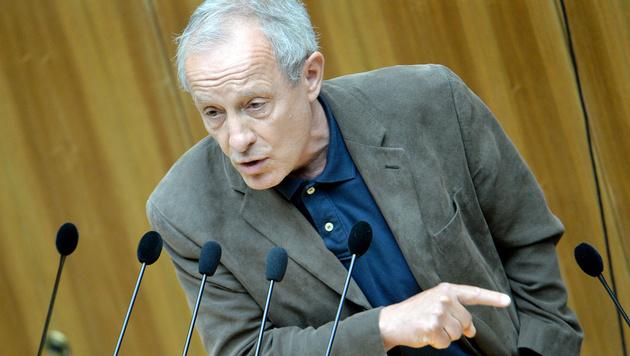 Das Rednerpult im Parlament ist seit 30 Jahren Pilz' 'Stammtisch'. (Bild: APA/ROLAND SCHLAGER)