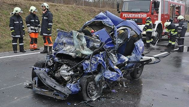 Auto unter Lastwagen gedrückt - zwei Grazer tot (Bild: APA/FF VOITSBERG/BFV-NINAUS)