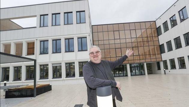Direktor Schneider ist stolz auf das Schulgebäude (Bild: Markus Tschepp)