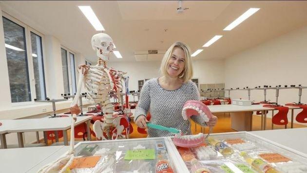 Modernes Bio-Klassenzimmer im Akademischen Gymnasium am Rainberg mit Lehrerin Elke Schlager. (Bild: Markus Tschepp)