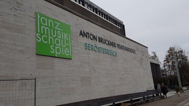 Seit mehr als einem Jahr steht die alte Bruckner-Uni in Linz-Urfahr leer. (Bild: Werner Pöchinger)