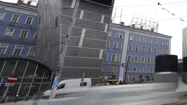 """Das """"Blaue Haus"""" am Westbahnhof soll nun zum ersten City-Ikea werden. (Bild: APA/ANDREAS PESSENLEHNER)"""