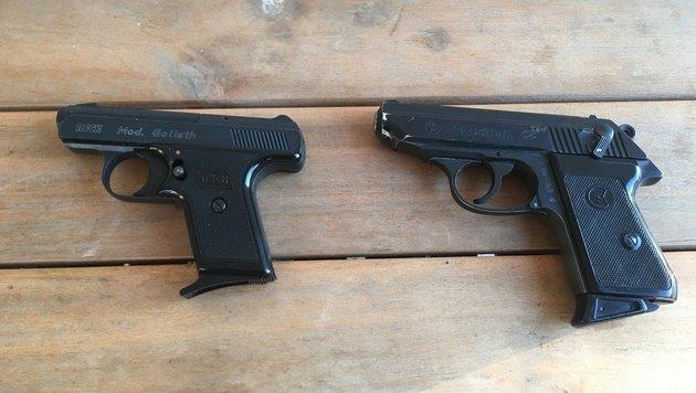 Die beiden täuschend echt aussehenden Theater-Plastikpistolen