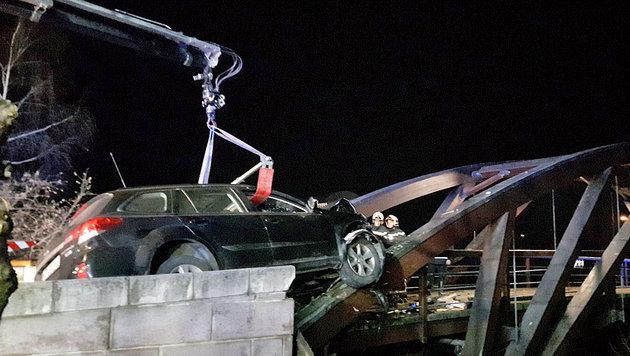 Auto bei Unfall von Brückengeländer durchbohrt (Bild: MA 68 Lichtbildstelle)