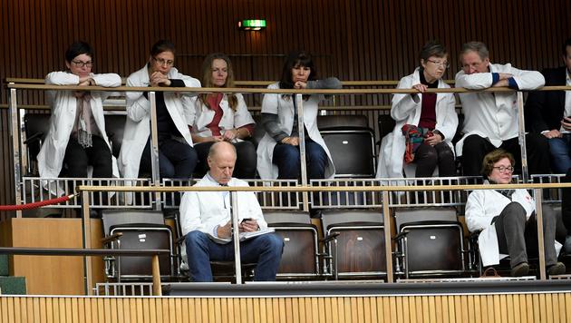 Ärzte auf der Besuchergalerie des Parlaments (Bild: APA/ROLAND SCHLAGER)