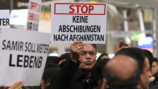 Protest gegen die Sammelabschiebung am Flughafen von Frankfurt (Bild: APA/AFP/DANIEL ROLAND)