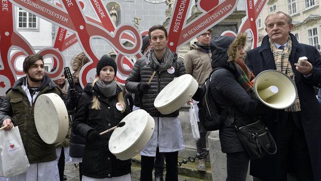 """Protest der Ärzte: """"Würde der Menschen in Gefahr"""" (Bild: APA/HERBERT NEUBAUER)"""