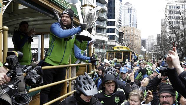 Andi Ivanschitz bei der Meister-Parade durch Seattle. Sein Vertrag wurde nicht verlängert. (Bild: AP)