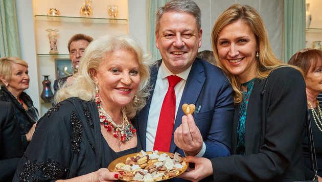 Gastgeberin mit Herz: Marika Lichter mit Minister Andrä Rupprechter und dessen Ehefrau Christine (Bild: Starpix/Alexander TUMA)