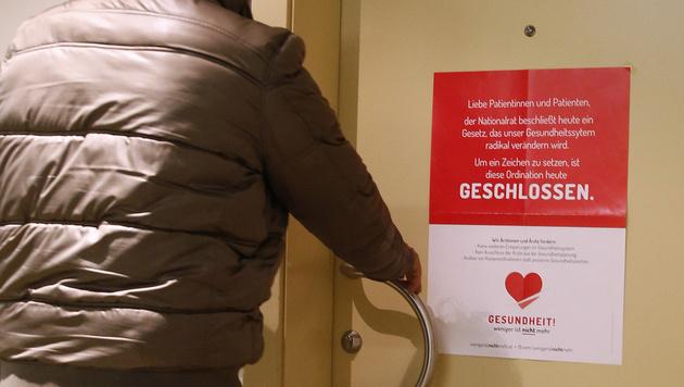 Ordinationen der Allgemeinmediziner bleiben geschlossen. (Bild: APA/HERBERT NEUBAUER)