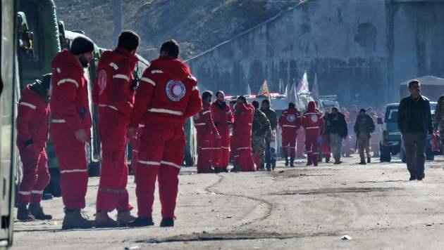 Hilfskräfte vor der Evakuierung Ost-Aleppos (Bild: APA/AFP/STRINGER)