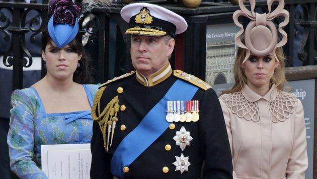 Eugenie, Prinz Andrew & Beatrice (v. li.) (Bild: (c) AP)