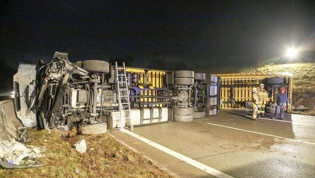 Der umgestürzte Lastwagen blockierte die gesamte Fahrbahn. (Bild: Markus Tschepp)