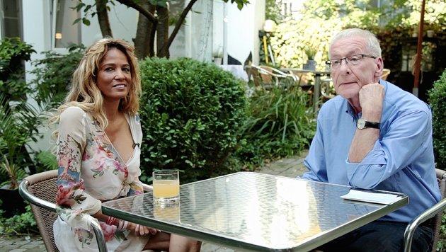 Schuldnerberater Peter Zwegat mit Nadja Abd el Farrag, die ganz unten angekommen ist (Bild: RTL)