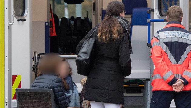 Unter Schock stehende Augenzeugen mussten betreut werden. (Bild: APA/dpa/Boris Roessler)