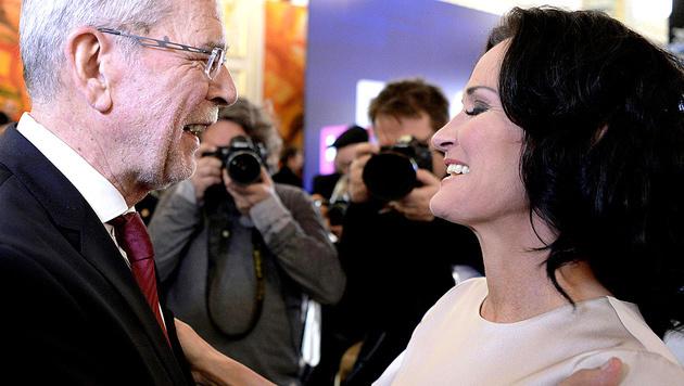 Bei aller Freundschaft: Der Erfolg Alexander Van der Bellens setzt Eva Glawischnig auch unter Druck. (Bild: APA/Hans Klaus Techt)