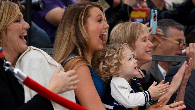 Blake Lively und Tochter James Reynolds applaudieren Ehemann und Vater Ryan. (Bild: AFP or licensors)