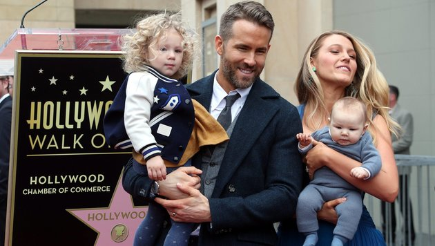 Ryan Reynolds mit Töchterchen James im Arm. Blake Lively trägt das im September geborene Baby. (Bild: EPA)