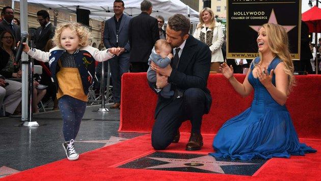 James Reynolds hat das Mikro entführt und hüpft auf den roten Teppich. (Bild: AFP)