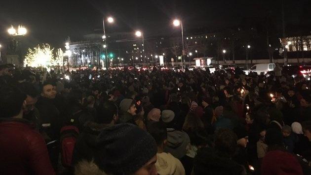 Rund 500 Demonstranten versammelten sich vor dem Parlament. (Bild: Twitter.com/Camila Garfias)
