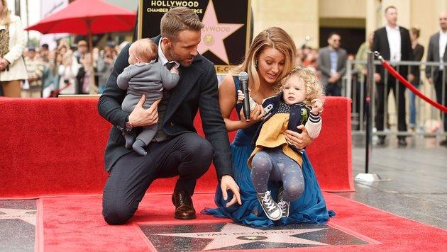 Reynolds Ehefrau Blake Lively und Töchterchen James (2) hatten sichtlich Spaß bei der Zeremonie. (Bild: AFP)