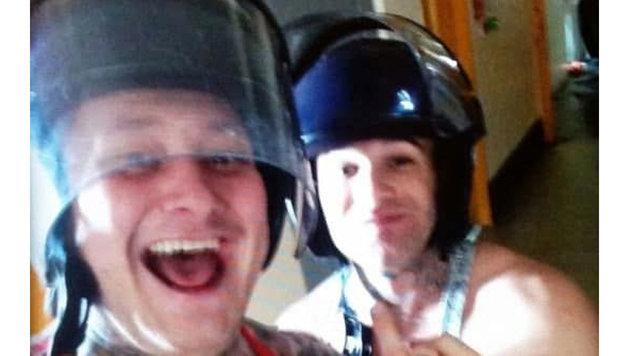 Ein angeblich in dem Gefängnis aufgenommenes Selfie soll zwei der revoltierenden Insassen zeigen. (Bild: twitter.com)