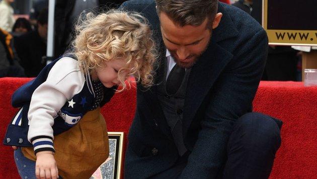 """Reynolds Tochter James bewunderte gemeinsam mit ihrem Vater die Plakette am """"Walk of Fame"""". (Bild: AFP or licensors)"""