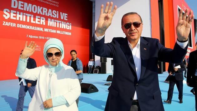 Der türkische Präsident Recep Tayyip Erdogan und seine Ehefrau Emine (Bild: APA/AFP/TURKISH PRESIDENTIAL PRESS OFFIC/ADEM ALTAN)