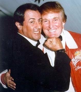 Ein Archivbild zeigt Sylvester Stallone und Donald Trump in jüngeren Jahren.