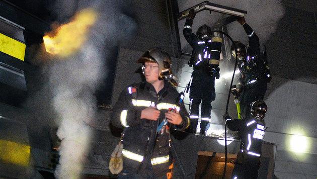 Beim Eintreffen der Feuerwehr schlugen Flammen aus dem Fenster des Kinderzimmers. (Bild: APA/ZEITUNGSFOTO.AT)