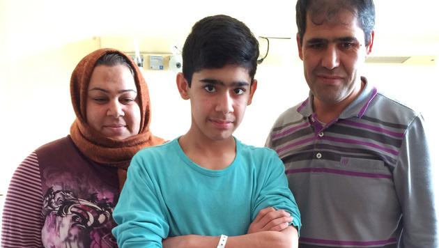 Mortezza (13) mit seinen Eltern (Bild: APA/MIERAU/KAV)