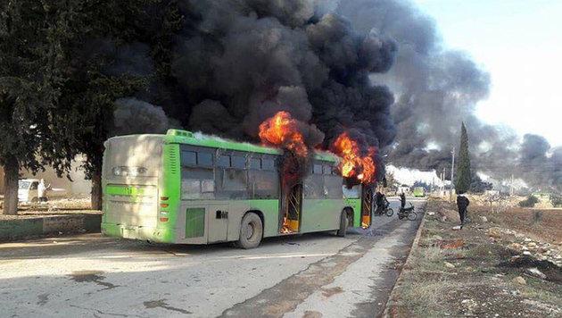 Neben den Blockaden werden nun auch Busse, die Zivilisten in Sicherheit bringen sollen, attackiert. (Bild: twitter.com/Conflict News)