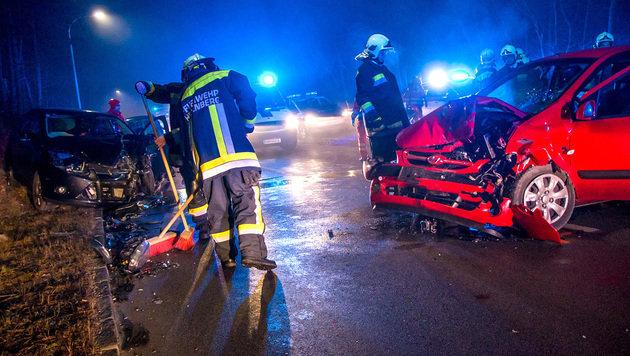 Feuerwehrleute an der Unfallstelle auf der B18 im Bezirk Baden (Bild: APA/BFK BADEN/DANIEL WIRTH)