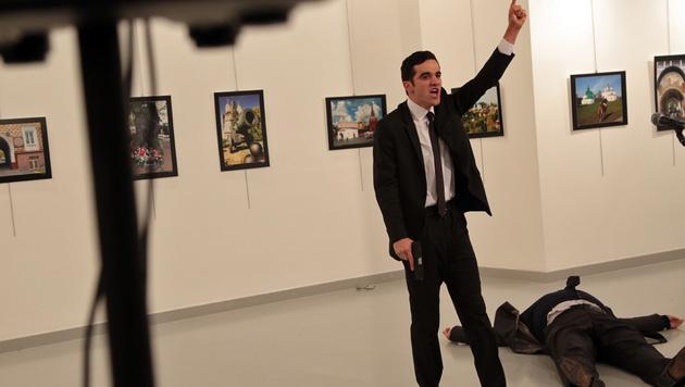 Der Attentäter neben seinem am Boden liegenden Opfer (Bild: ASSOCIATED PRESS)