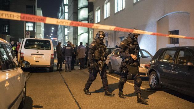 Polizisten im Einsatz nach der Schießerei in Zürich (Bild: Associated Press)