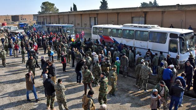 Schiiten aus den belagerten Dörfern Foua und Kefraya erreichen vom Regime kontrolliertes Gebiet. (Bild: APA/AFP/GEORGE OURFALIAN)