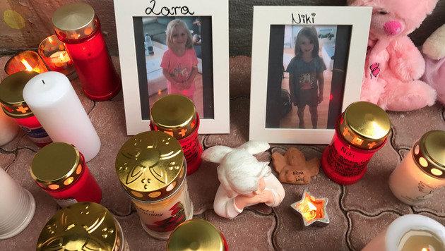 Im Kerzenmeer wurden auch zwei Bilder der kleinen Mädchen aufgestellt. (Bild: zeitungsfoto.at/Daniel Liebl)