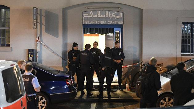 Polizisten nach der Schießerei vor dem Islamischen Kulturzentrum in Zürich (Bild: Associated Press)
