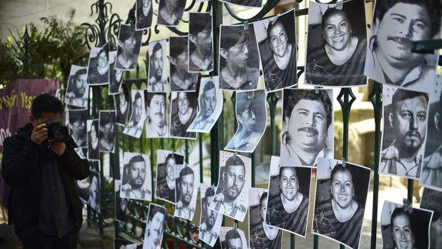 Mexikanische Journalisten protestieren mit Fotos gegen die zahllosen Morde an ihren Kollegen. (Bild: APA/AFP/RONALDO SCHEMIDT)