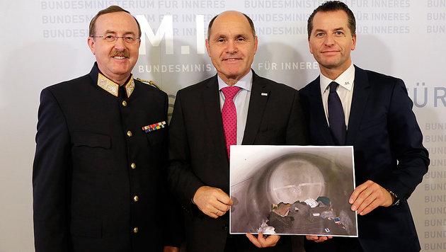 NÖ-Sicherheitsdirektor Prucher, Minister Sobotka und BK-Oberst Gerald Tatzgern (v.l.n.r.) (Bild: Klemens Groh)