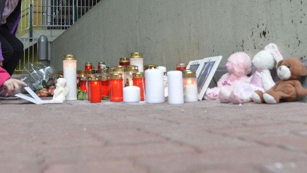 Verwandte, Freunde und Nachbarn entzündeten gestern vor der Wohnung der Innsbrucker Familie Kerzen. (Bild: zeitungsfoto.at/Daniel Liebl)