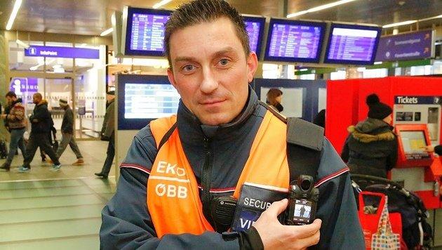 Erstmals mit Body-Cam unterwegs - ein Security der ÖBB am Wiener Hauptbahnhof (Bild: Martin A. Jöchl)