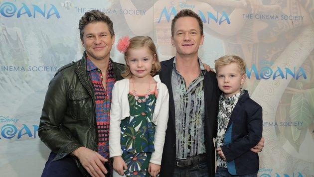 Neil Patrick Harris mit Ehemann David Burtka (li.) und den Zwillingen Harper Grace und Gideon Scott (Bild: APA/AFP/GETTY IMAGES/Neilson Barnard)