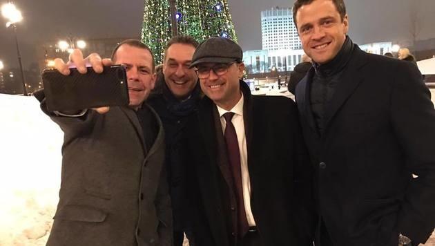 Harald Vilimsky, Heinz-Christian Strache, Norbert Hofer und Johann Gudenus in Moskau (Bild: facebook.com/Vilimsky.Harald)