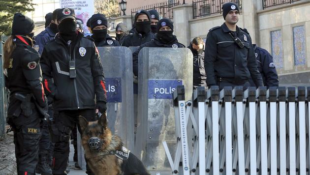Schwer bewaffnete türkische Polizisten im Botschaftsviertel von Ankara (Archivbild) (Bild: ASSOCIATED PRESS)